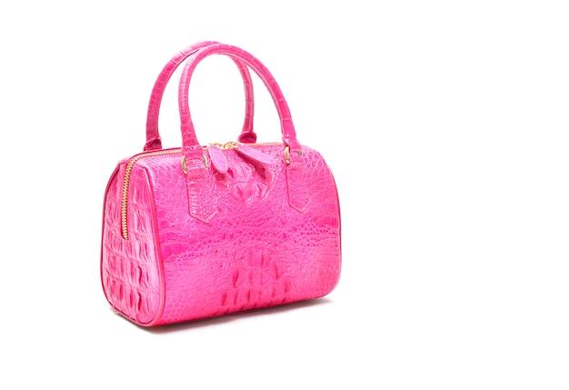 Bolso rosa de lujo confeccionado en piel de cocodrilo sobre blanco