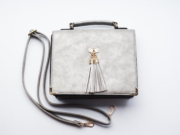 Bolso de señora gris con cinturón blanco