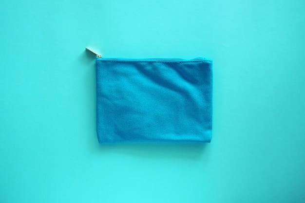 Bolso de señora en tela azul para cosméticos y concepto de belleza