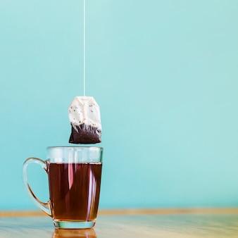 Bolso de té y vaso de vidrio