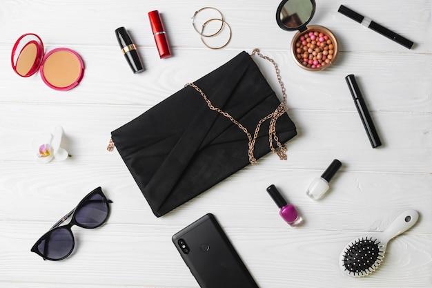 Bolso, teléfono móvil, gafas de sol y cosméticos, accesorios de moda femenina.