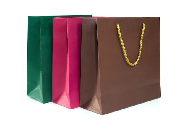 Bolsos de compras de papel aislados en el fondo blanco.
