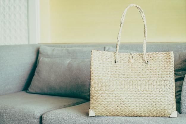 Bolsos de mujer en sofá