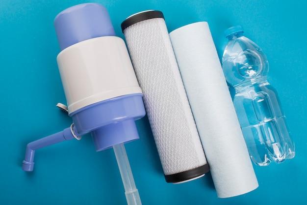 Bomba de agua manual y filtros de agua.