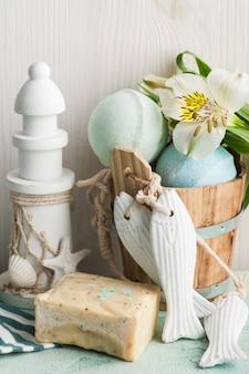 Bomba de baño, jabón y faro decorativo.
