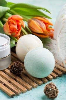 Bomba de baño verde y jabón con productos spa