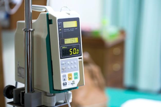 Bomba de infusión por goteo para pacientes en el hospital.