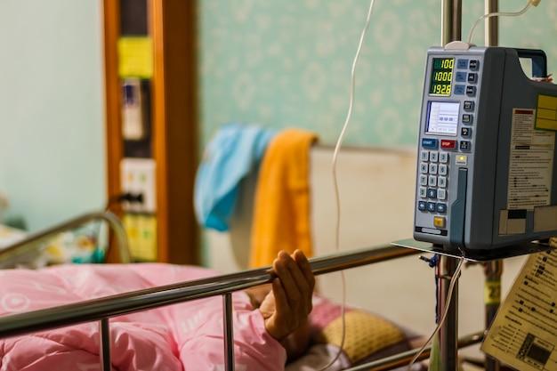 Bomba de infusión que alimenta el goteo en pacientes