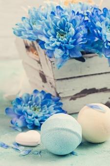 Bombas de baño y flores azules.