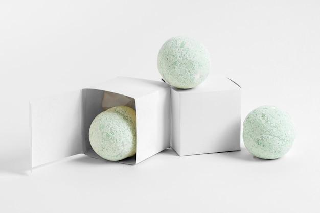Bombas de baño verdes con cajas blancas
