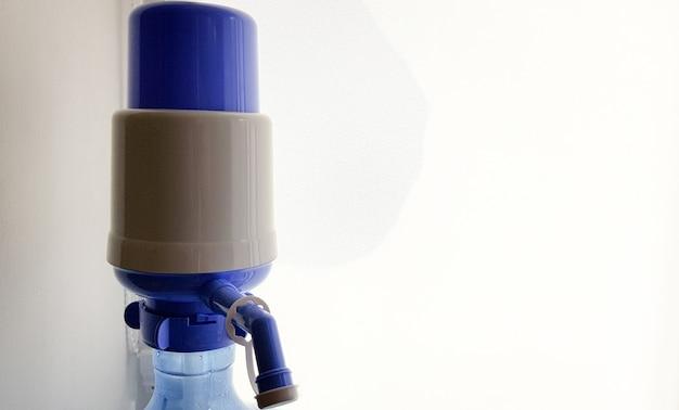 Bombear en una botella de agua. primer plano, en, un, fondo blanco