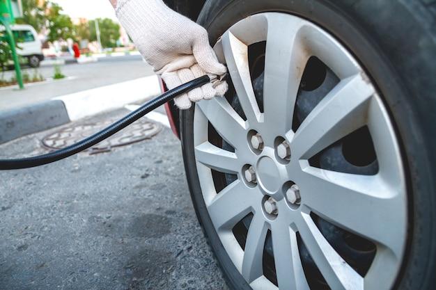 Bombeo de neumáticos de coche en la estación de servicio.