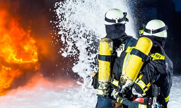 Bombero, bomberos apagando un gran incendio