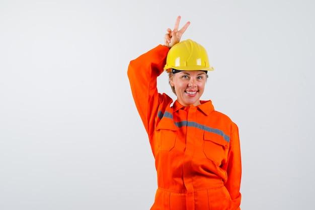 Bombero en su uniforme con un casco de seguridad