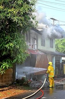 Bombero trabajando incidente real en tailandia.