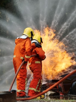 Bombero trainging en fuego situration