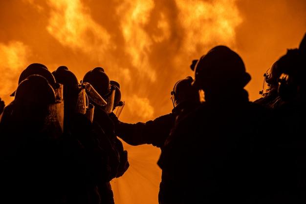 Bomberos y entrenamiento de rescate.