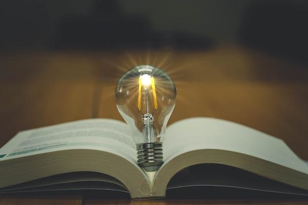Bombilla con un concepto de idea de libro con innovación