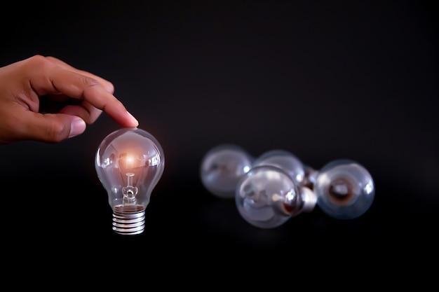 Bombilla para creatividad, lluvia de ideas y conocimiento concepto de negocio.