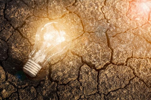 Bombilla de crecimiento desde el suelo. - nueva idea y concepto de innovación.