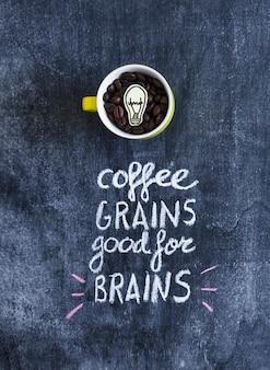 Bombilla de luz de recorte de papel dentro de los granos de café en la taza con texto en la pizarra