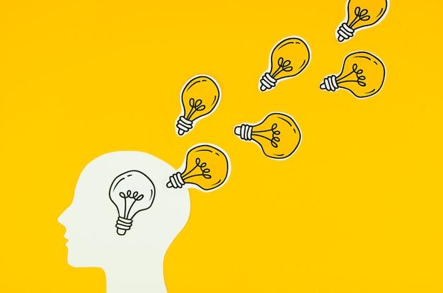Bombilla dorada como ideas de una persona