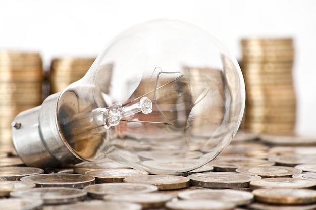 Bombilla de filamento acostado en monedas de euro