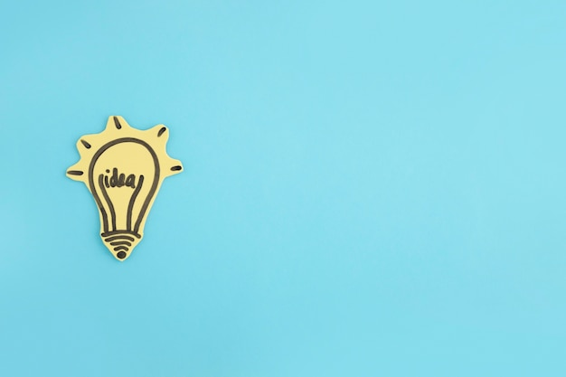 Bombilla idea iluminada dibujado sobre fondo azul