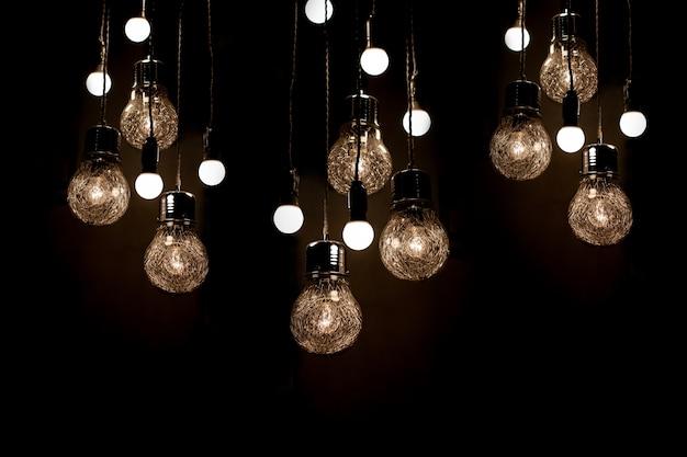 Bombilla en ideas oscuras