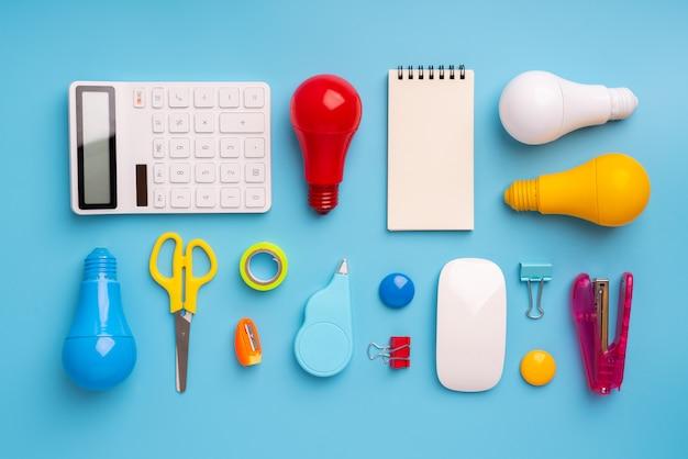 Bombilla y lámpara para concepto creativo y liderazgo empresarial