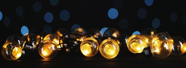 Bombilla de luces sobre fondo azul bokeh oscuro