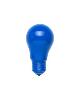 Una bombilla de luz azul brillante aislada en un fondo blanco. minimalismo. endecha plana.