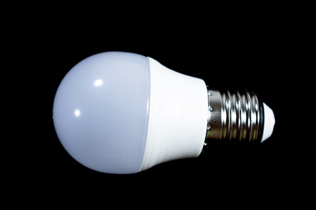 Bombilla de luz blanca sobre un fondo negro
