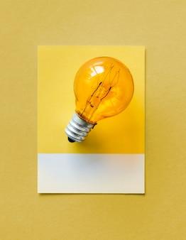Bombilla de luz colorida en un papel
