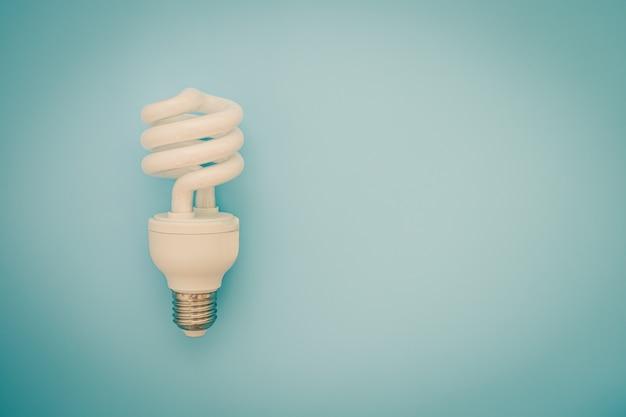 Bombilla de luz led brillante sobre fondo azul para el concepto de ahorro de energía