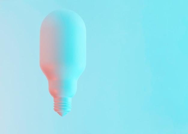 Bombilla de luz pintada de forma ovalada blanca sobre fondo azul