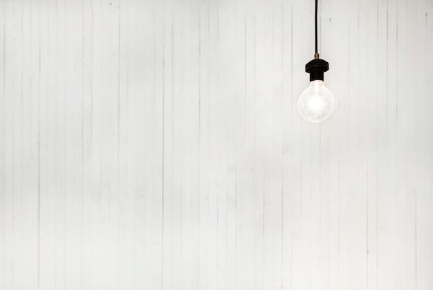 Bombilla luz sobre fondo blanco concepto brillantemente moderno