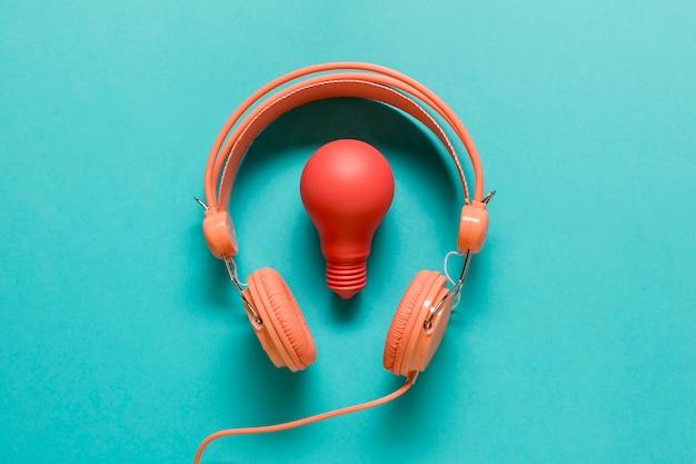 Bombilla roja y auriculares naranja.