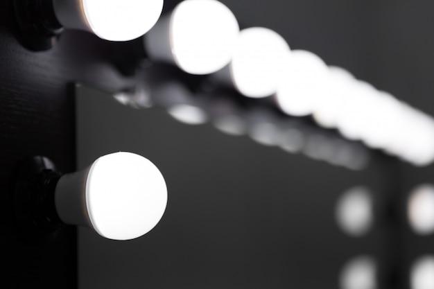 Bombillas de espejo en la sala de maquillaje