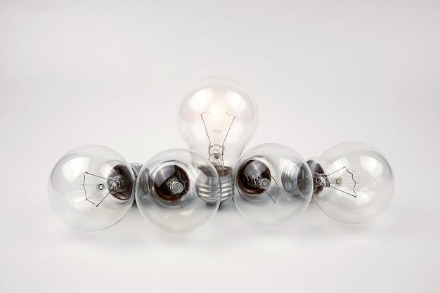 Bombillas con luz brillante, conceptos de creatividad.