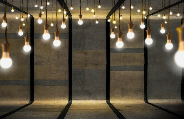 Bombillas de luz sobre fondo de cemento.