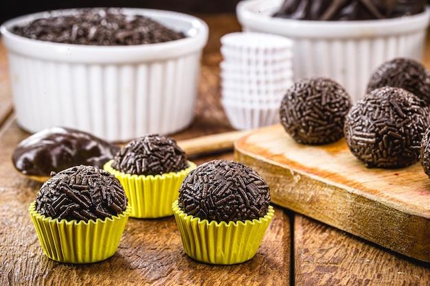 Bombón brasileño llamado brigadeiro, pequeño caramelo de chocolate con chispitas que se sirve en fiestas infantiles