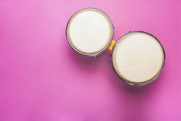 Bongo tambor sobre fondo rosa