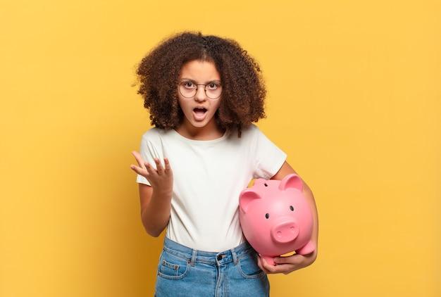 Bonita adolescente afro pensando, sintiéndose dudosa y confundida, con diferentes opciones, preguntándose qué decisión tomar. concepto de ahorro