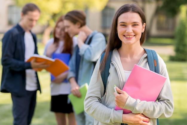 Bonita adolescente feliz de volver a la universidad