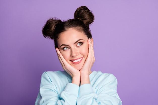 Bonita bonita chica positiva joven toque cara manos mirar copyspace pensar pensamientos imaginar qué regalo obtendrá ropa de vacaciones traje deportivo azul aislado fondo de color púrpura