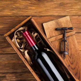 Bonita botella de vino en estuche.