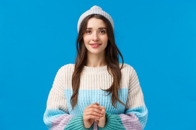 Bonita, encantadora y tierna jovencita morena con cabello largo, usa gorro y suéter de invierno
