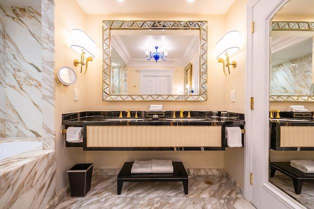 Bonita y lujosa decoración de grifería y lavamanos en baño.