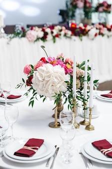 Bonita mesa decorada con flores para la celebración.